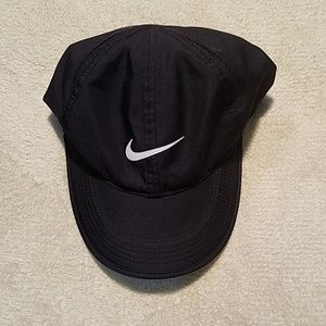 NIKE FEATHERLIGHT DRI FIT BLACK BASEBALL HAT
